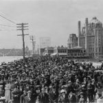 745px-Atlantic_City_Boardwalk_crowd_in_front_of_Blenheim_hotel_1911_retouched